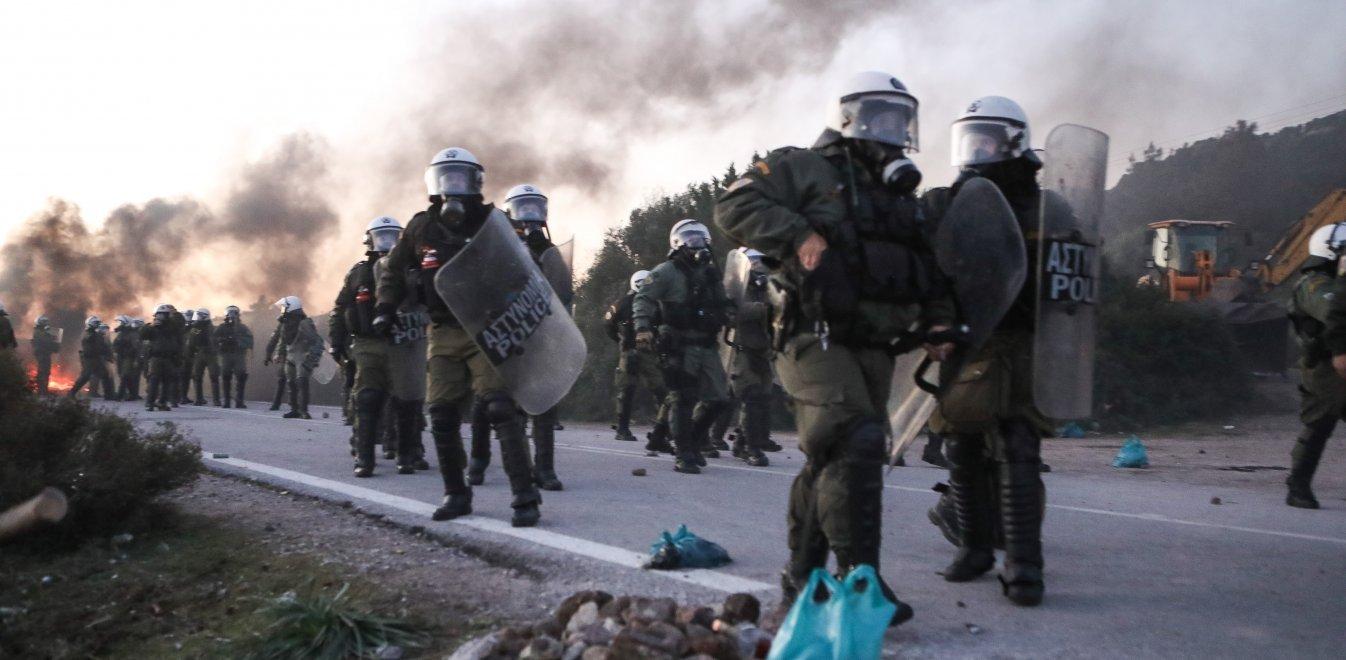 «Πόλεμος» σε Λέσβο και Χίο: Σκηνές πρωτόγνωρες με ΜΑΤ εναντίον κατοίκων