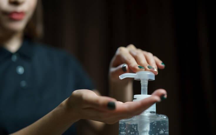 Κορονοϊός: Κρητικοί προσφέρουν τσικουδιά για την παραγωγή οινοπνεύματος