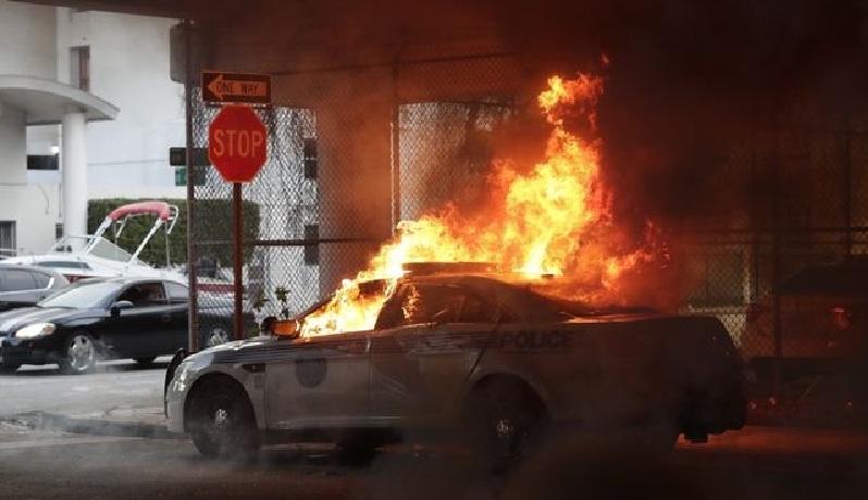Δολοφονία Τζορτζ Φλόιντ: Περιπολικό σπάει οδόφραγμα και πέφτει πάνω σε διαδηλωτές