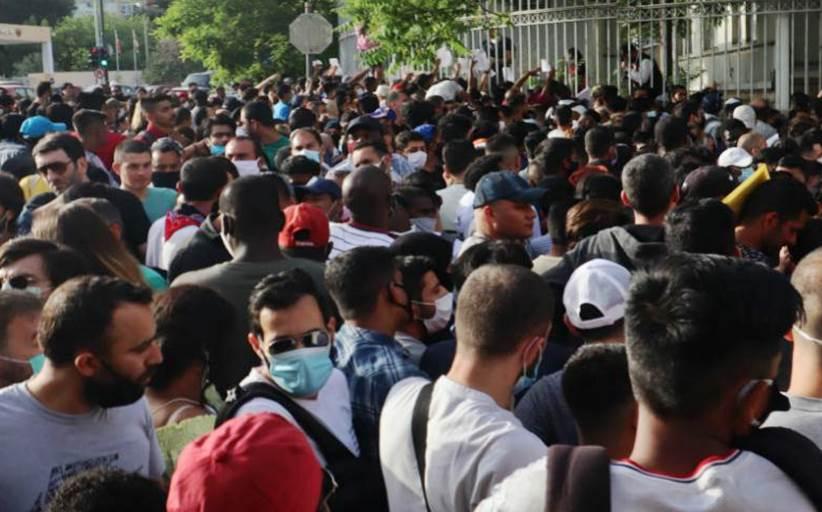Ντροπιαστικές εικόνες συνωστισμού και χάους έξω από την υπηρεσία Ασύλου