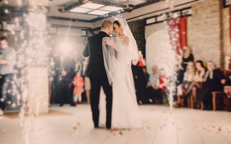 Δεξιώσεις με χορό... εκ περιτροπής στους γάμους λόγω κορωνοϊού