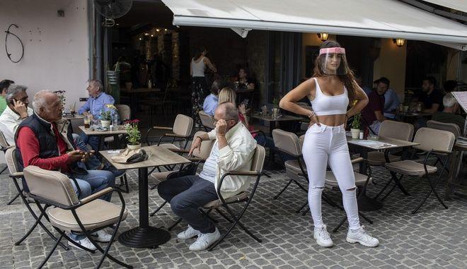Η μεγάλη επιστροφή των Ελλήνων στις καφετέριες