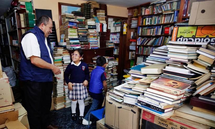 Μάζεψε 25.000 βιβλία από τα σκουπίδια και έφτιαξε βιβλιοθήκη για φτωχά παιδιά