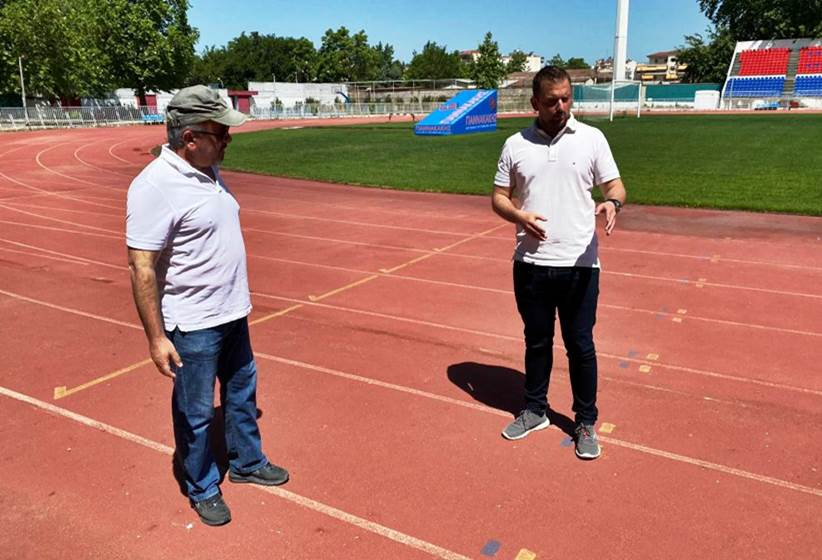 Συνεχίζονται οι παρεμβάσεις για τη βελτίωση των αθλητικών υποδομών του Δήμου Τρικκαίων με ταρτάν στο στάδιο
