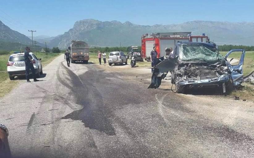 Τρίκαλα: Φορτηγάκι έπεσε επάνω σε βυτιοφόρο - Ένας τραυματίας