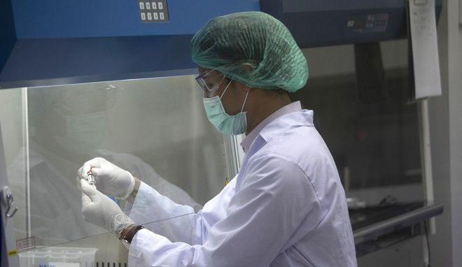 Κορονοϊός: Έως τα τέλη του 2020 στην ευρωπαϊκή αγορά το βρετανικό εμβόλιο