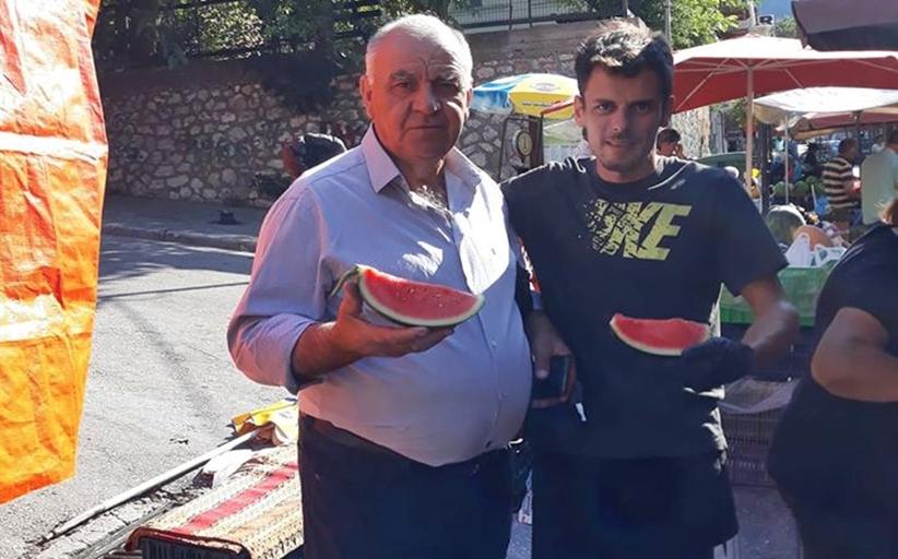 Για καρπουζάκι στη λαϊκή ο αντιδήμαρχος Δημήτρης Κόττης