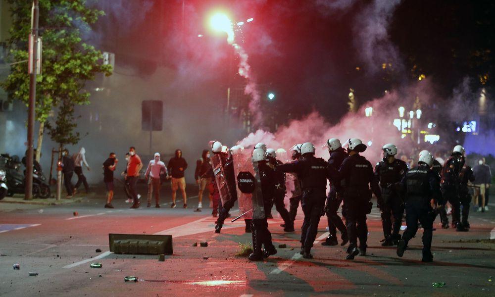 Οργή στη Σερβία κατά του νέου lockdown - Διαδηλωτές εισέβαλαν στην Βουλή
