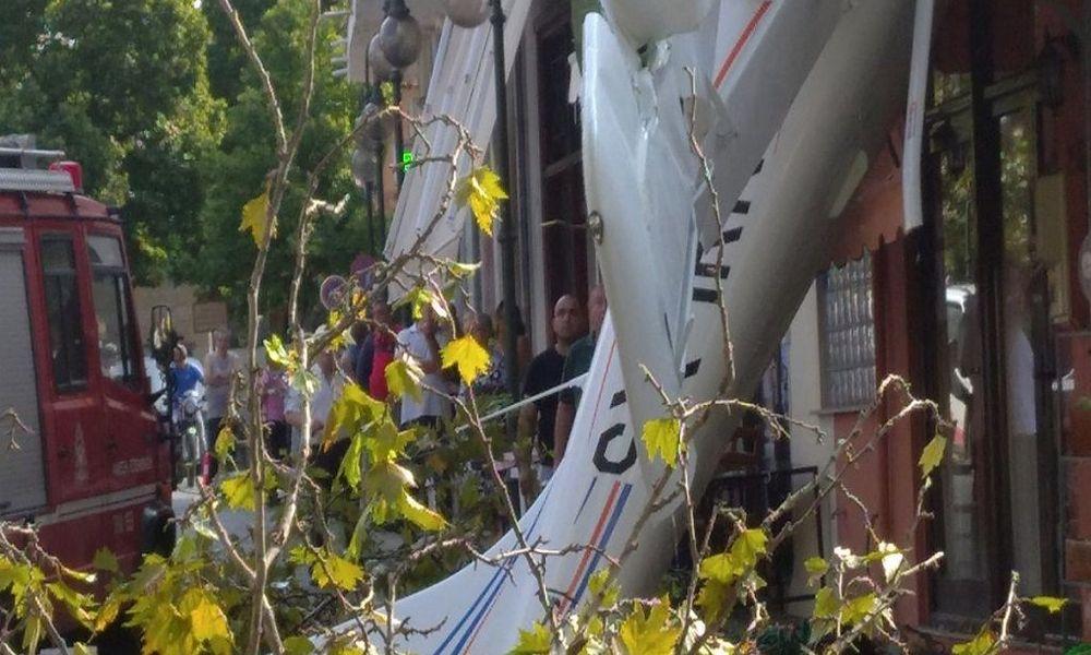 Έπεσε μονοκινητήριο αεροπλάνο στην πρόσοψη σπιτιού στις Σέρρες