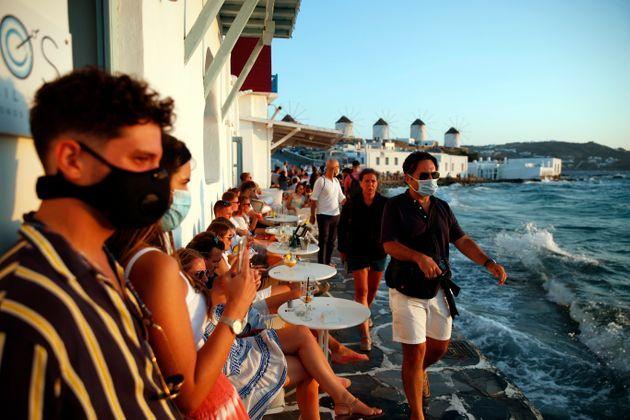 Κορονοϊός: Μοντέλο Πάρου σε Μύκονο και Χαλκιδική