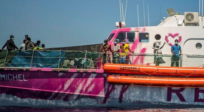 Σε βοήθεια καλεί το πλοίο διάσωσης του Banksy