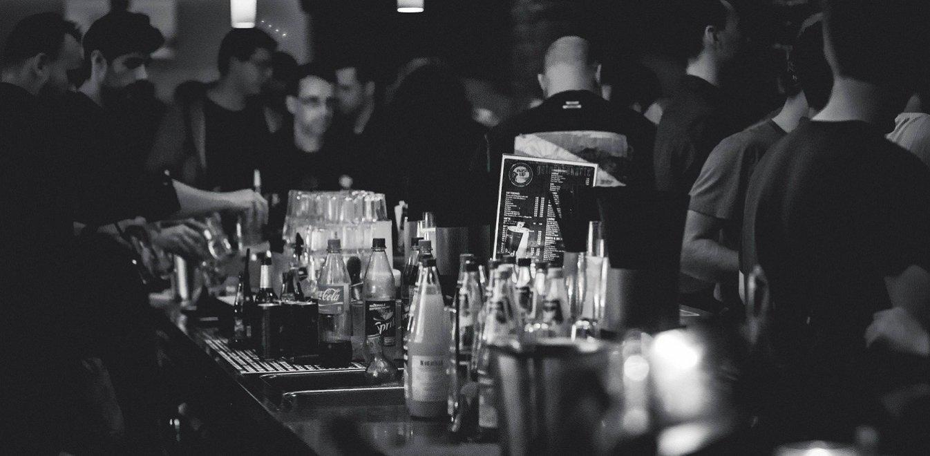 Κορονοϊός: Κλείνουν μπαρ-εστιατόρια από τα μεσάνυχτα σε Μύκονο, Πάρο, Χαλκιδική και άλλες 12 περιοχές