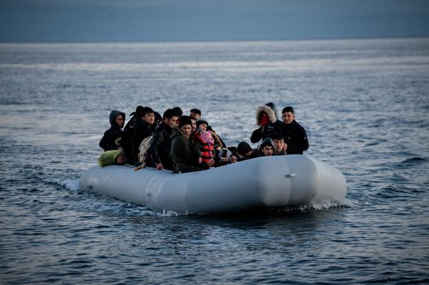 New York Times: Η Ελλάδα φορτώνει πρόσφυγες σε φουσκωτά και τους εγκαταλείπει στο Αιγαίο