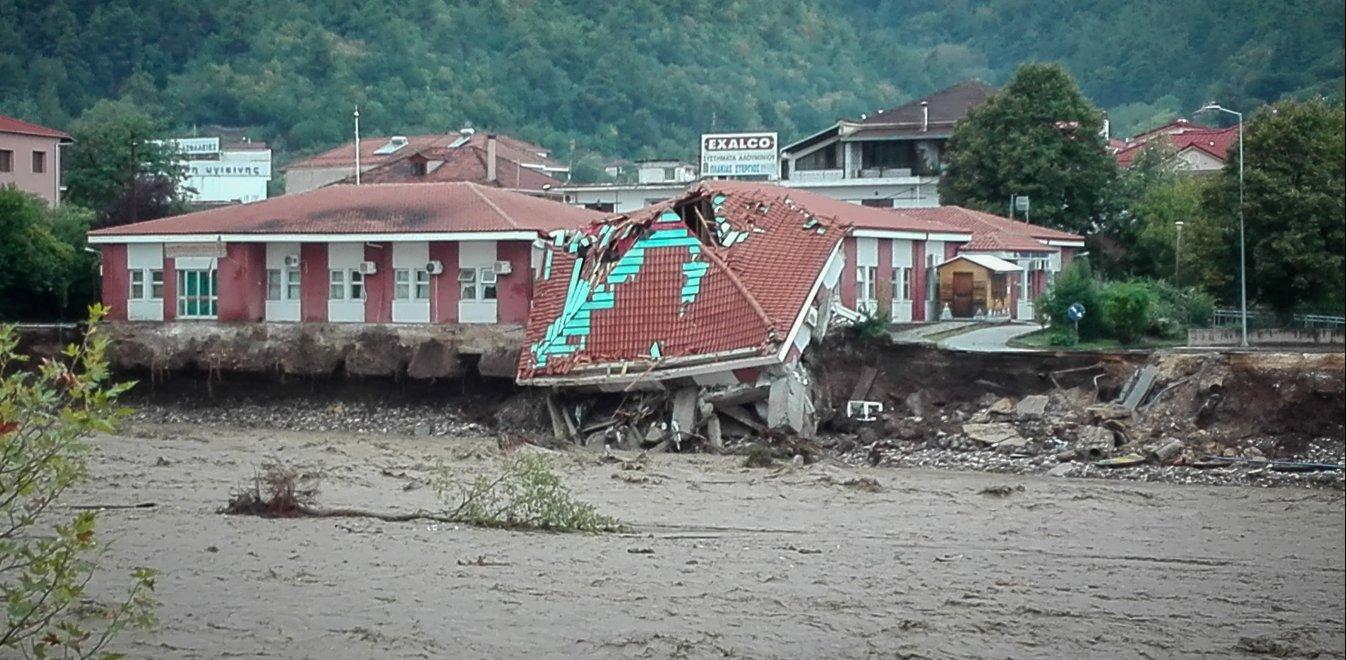 Ιανός: Κατέρρευσε το κέντρο υγείας στο Μουζάκι (εικόνες από drone)