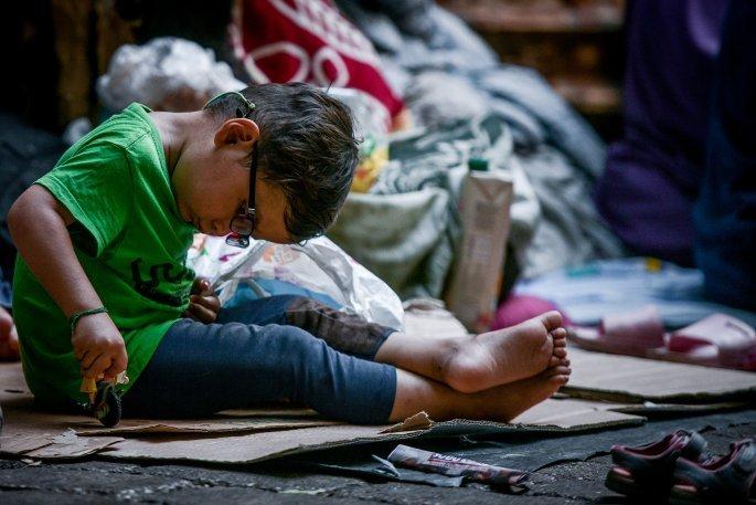 Εικόνες γροθιά στο στομάχι: Βρέφη από τη Μόρια στους δρόμους της πλατείας Βικτωρίας