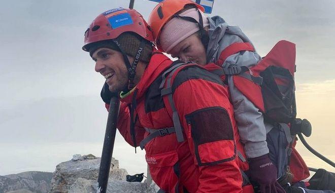 Ανέβασε με σακίδιο στην κορυφή του Ολύμπου, μια 22χρονη με κινητικά προβλήματα