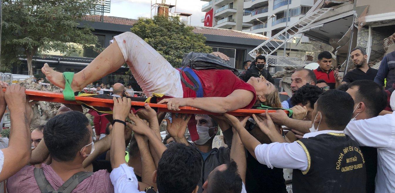 Σεισμός: 24 νεκροί, 40 εγκλωβισμένοι και πάνω από 800 τραυματίες στη Σμύρνη