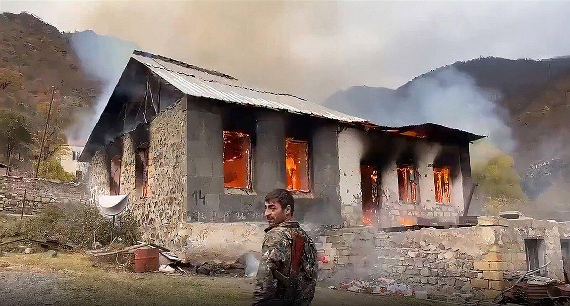 Ναγκόρνο Καραμπάχ: Αρμένιοι καίνε τα σπίτια τους