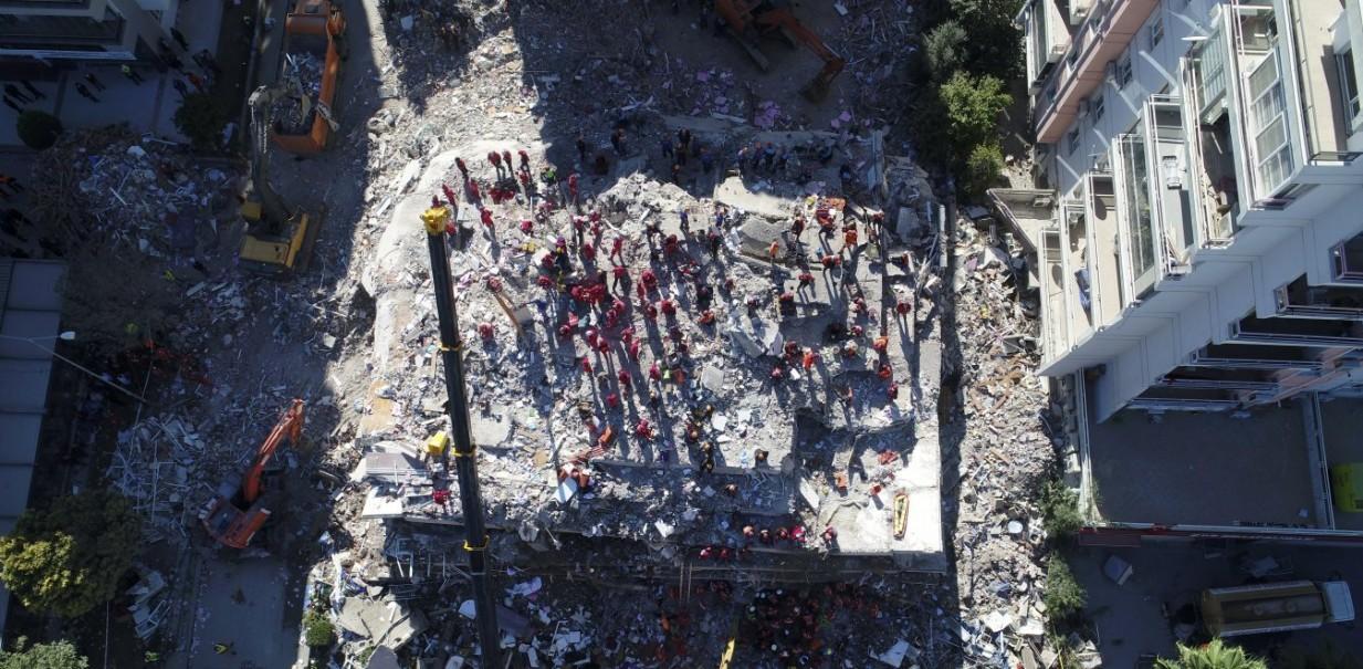 Θρήνος στην Τουρκία: Πάνω από 90 νεκροί και 1.000 τραυματίες μετά τον σεισμό