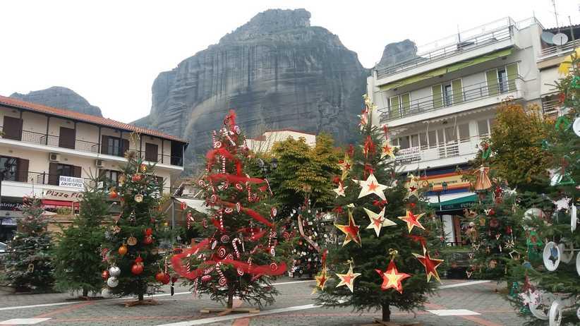 Στολισμός των Χριστουγεννιάτικων δέντρων από μαθητές, με μάσκα και αποστάσεις την Τρίτη