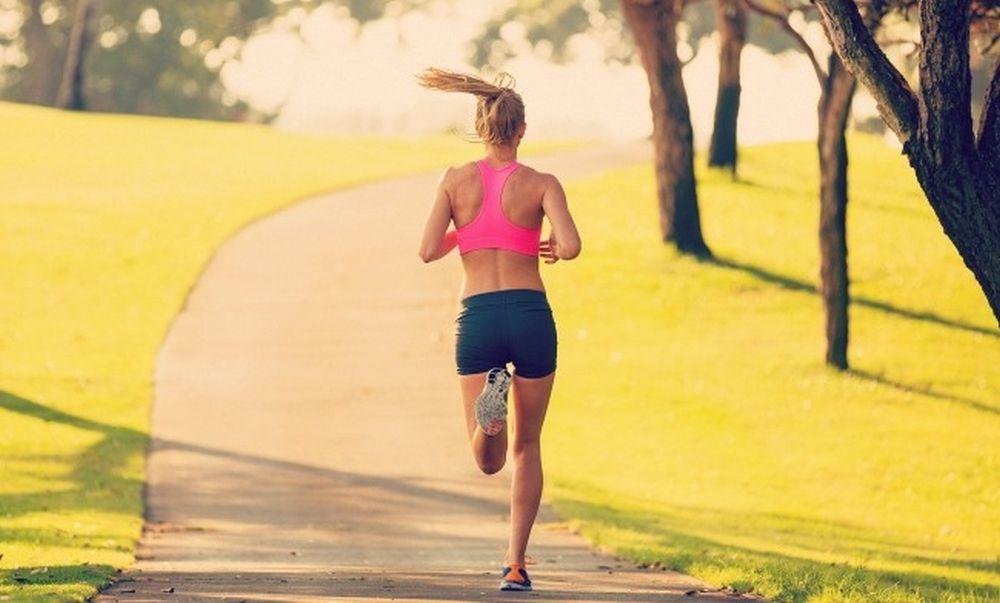 Τρεις ασκήσεις στο σπίτι που καίνε περισσότερες θερμίδες από το τρέξιμο