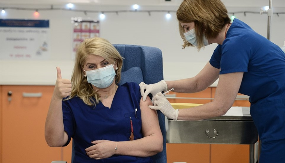 Ο πρώτος εμβολιασμός στην Ελλάδα είναι γεγονός! Εμβολιάστηκε η Ευσταθία Καμπισιούλη