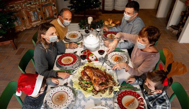 Χριστούγεννα με SMS και μέχρι 9 άτομα στο σπίτι