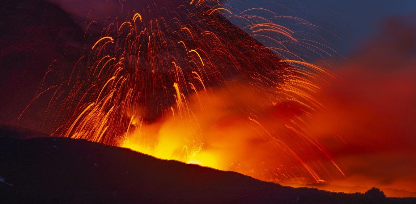 Ιταλία: Η Αίτνα «ξύπνησε» - Το ηφαίστειο εκτόξευσε λάβα στα 100 μέτρα