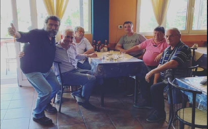 Ο Χρίστος Λιάπης αποχαιρετά τον Γιάννη Ζαμπούρα που έπιασε τη μάχη με τον Κορωνοιό
