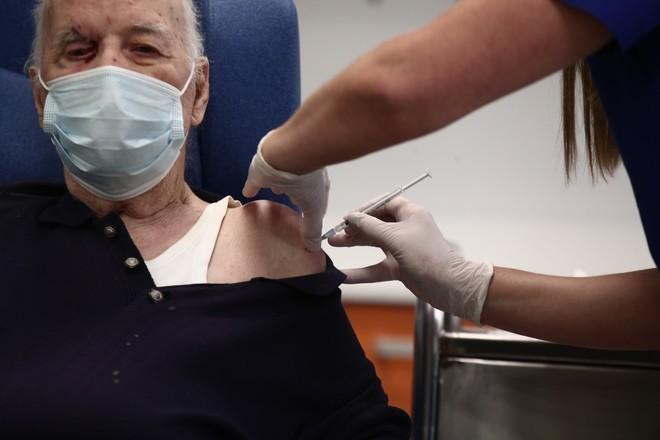 Εμβολιάστηκε και ο 88χρονος, Μιχάλης Γιοβανίδης