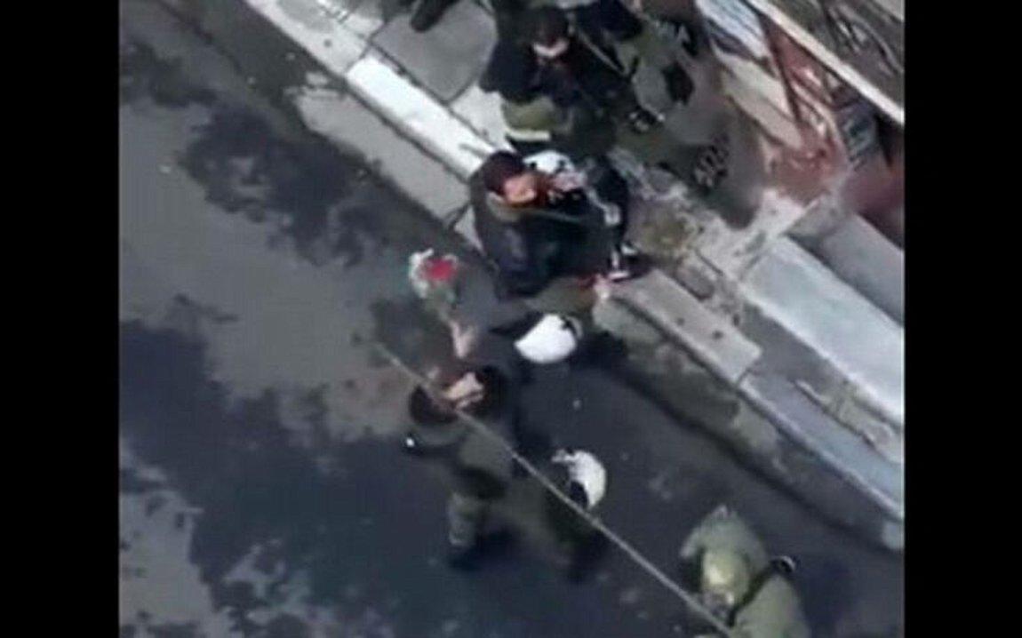 ΕΔΕ για τον αστυνομικό που χτυπούσε συνάδελφο με ανθοδέσμη από το μνημείο του Γρηγορόπουλου