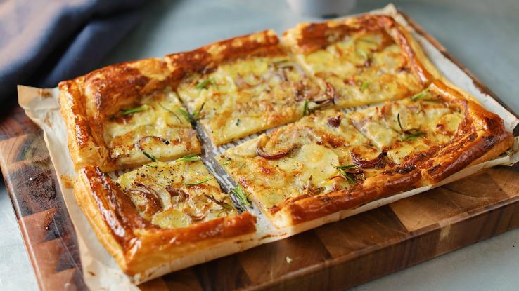 Πίτα σφολιάτα με 2 τυριά και κρεμμύδι