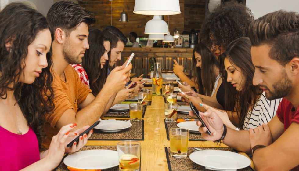 Έρευνα: Τα κοινωνικά δίκτυα… ξεμυαλίζουν – Κατάθλιψη, μοναξιά και εξάρτηση από το διαδίκτυο έφερε η πανδημία