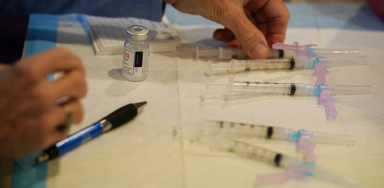 Εμβόλιο: Τι ισχύει για αλλεργίες, έγκυες και πρώην ασθενείς Covid