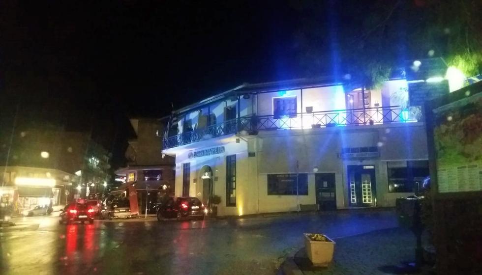 Το Δημαρχείο του Δήμου Μετεώρων φωτισμένο με τα χρώματα της Ελληνικής σημαίας