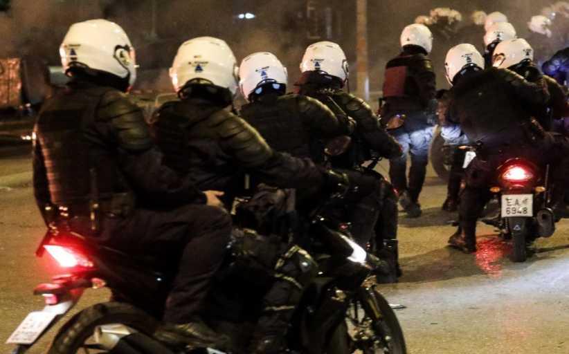 Αστυνομικός φωνάζει «Πάμε να τους γ..... πάμε να τους σκοτώσουμε»