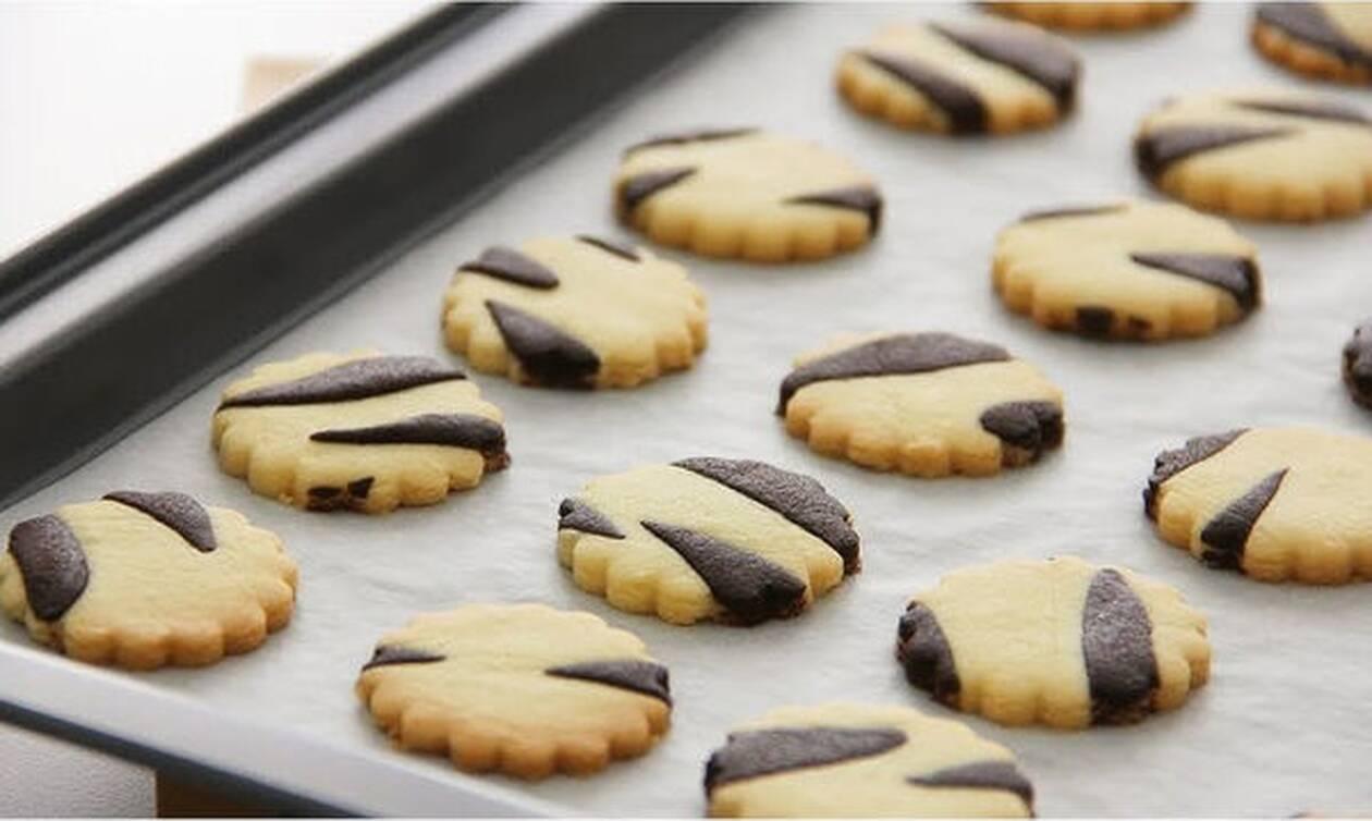 Μαγειρεύουμε παίζοντας: Φτιάξτε μπισκότα ζέβρα με τα παιδιά (vid)