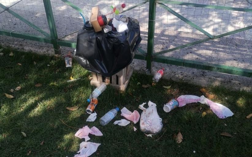 Ένα καλό καθάρισμα από τα σκουπίδια, η παιδική χαρά στην πλατεία Δημουλά, το απαιτεί...