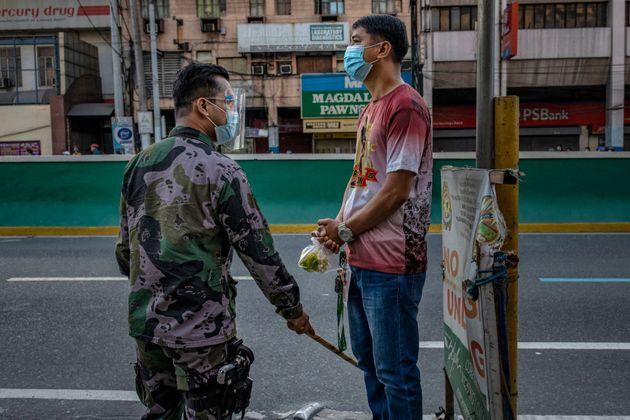 Φιλιππίνες: Εσπασε την καραντίνα, τιμωρήθηκε με 300 «βαθιά καθίσματα» και πέθανε