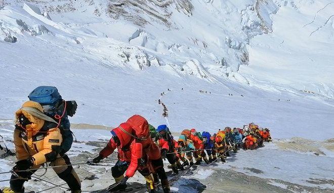 Νεπάλ προς ορειβάτες του Εβερεστ: Επιστρέψτε τις φιάλες οξυγόνου λόγω πανδημίας
