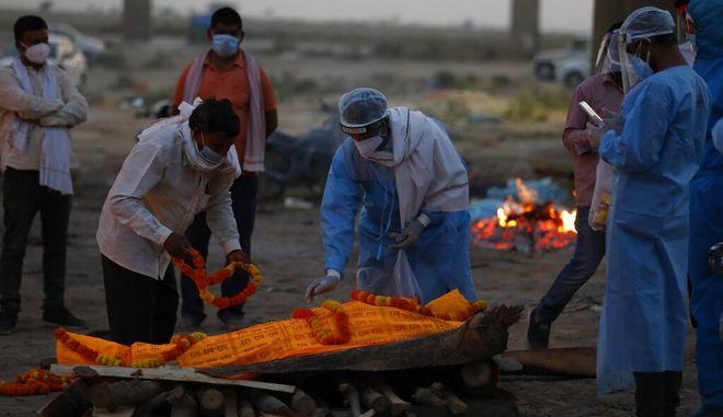 Ινδία: Δεκάδες πτώματα ξεβράστηκαν στις όχθες του Γάγγη