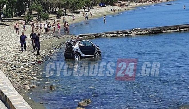 Τήνος: Βούτηξε με το αυτοκίνητο στη θάλασσα