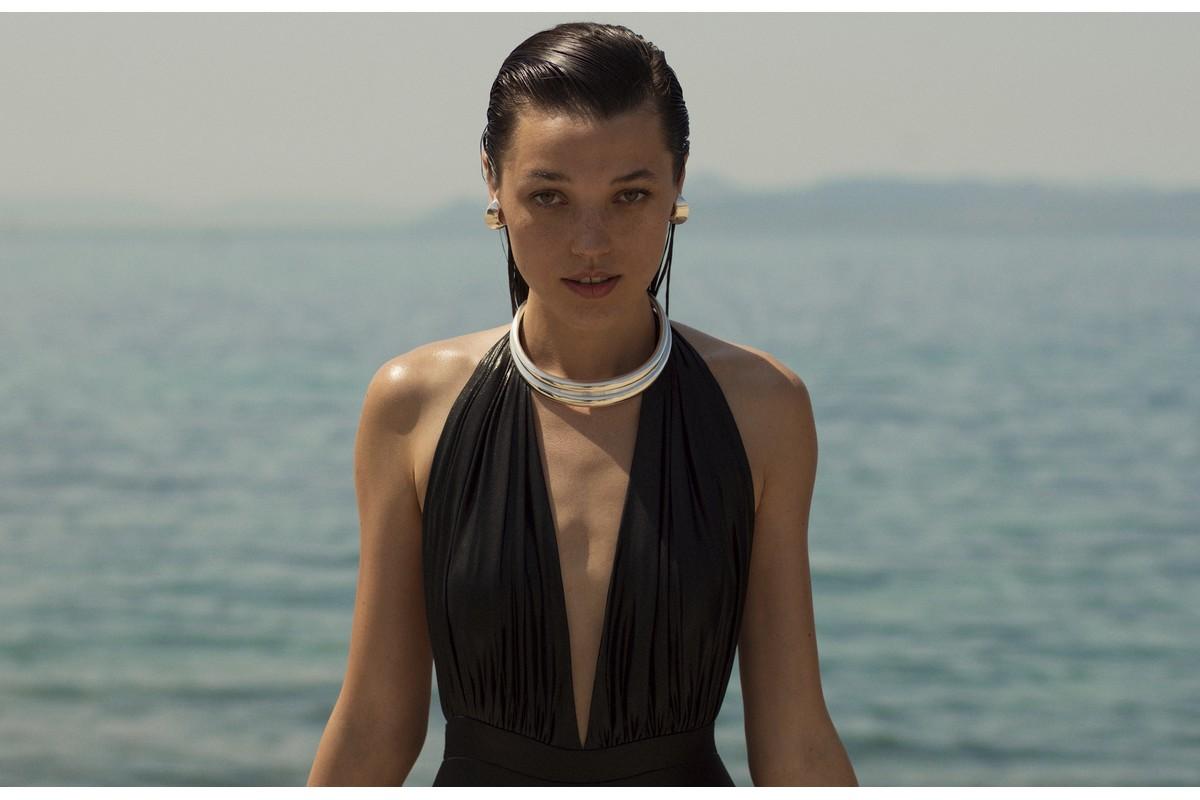 Aκρως θηλυκά μαγιό για grande εμφανίσεις στην παραλία