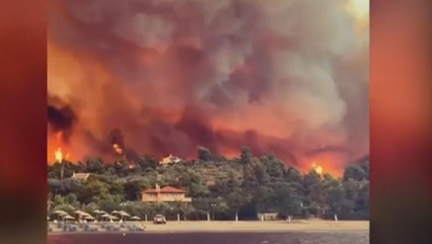 Φωτιά στην Εύβοια: Με καΐκια σώζουν τους κατοίκους στις Ροβιές - Καίγονται σπίτια, συγκλονιστικές εικόνες
