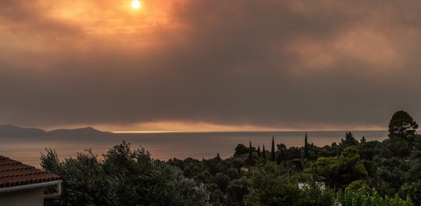 Φωτιά Εύβοια: Νέες εκκενώσεις οικισμών – Στο νοσοκομείο με ελαφρά εγκαύματα πυροσβέστες