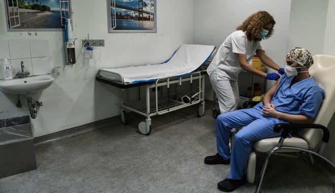 Ξεκινά η επ' αόριστον αναστολή σε ανεμβολίαστους υγειονομικούς