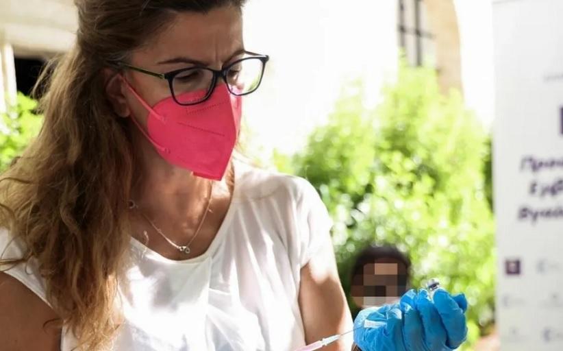 Κορωνοϊός: Κανένας κίνδυνος αν συνδυαστεί εμβόλιο γρίπης με τρίτη δόση