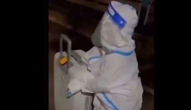 Κίνα: Σπαρακτική εικόνα με 4χρονο παιδί να μπαίνει ολομόναχο σε καραντίνα σε νοσοκομείο