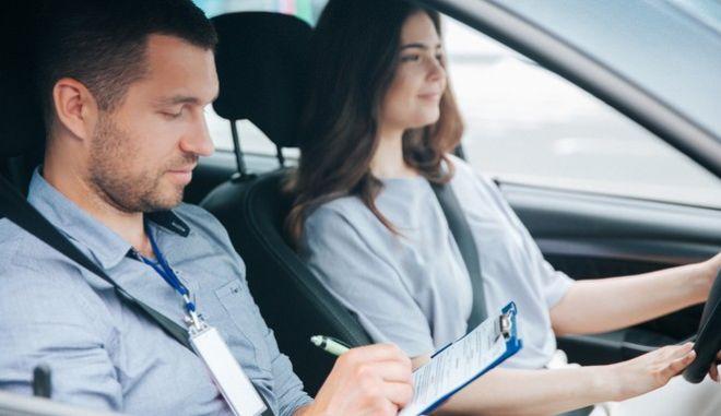 Δίπλωμα οδήγησης από τα 17, αλλά με συνοδό - Τι περιλαμβάνει το νέο νομοσχέδιο